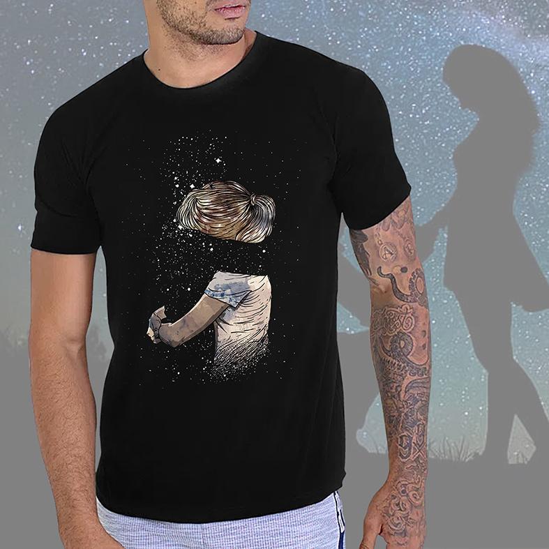 Camiseta Masculina Unissex Abraço Cuidado Sentimento Espaço Estrelas Garota Space Nasa (Preta) - EV