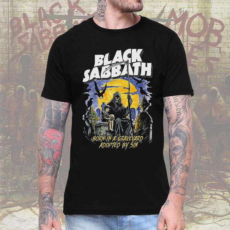 Camiseta Masculina Unissex Born In A Graveyard Adopted By Sin Rock And Roll Black Sabbath (Preta) - EV