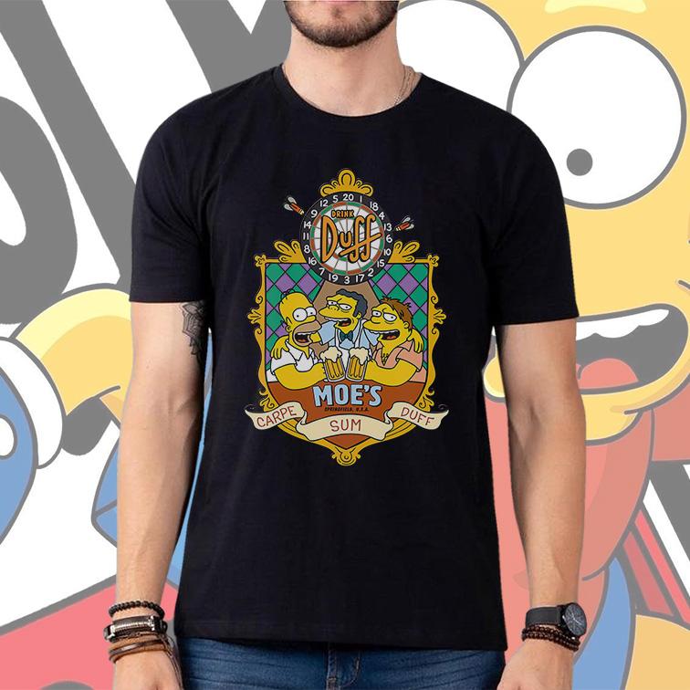 Camiseta Masculina Unissex Drink Duff Moe's Springfield Carpe Sum Duff: Os Simpsons (Preta) - EV