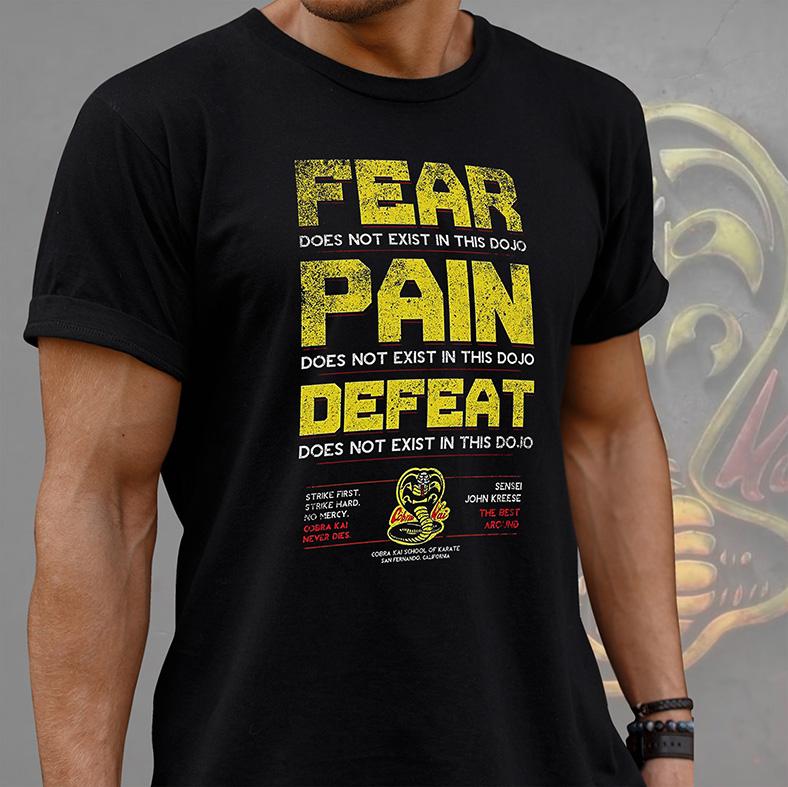 Camiseta Masculina Unissex Fear Pain Defeat Does Not Exist In This Dojo Sensei John Kreese Cobra Kai (Preta) - EV