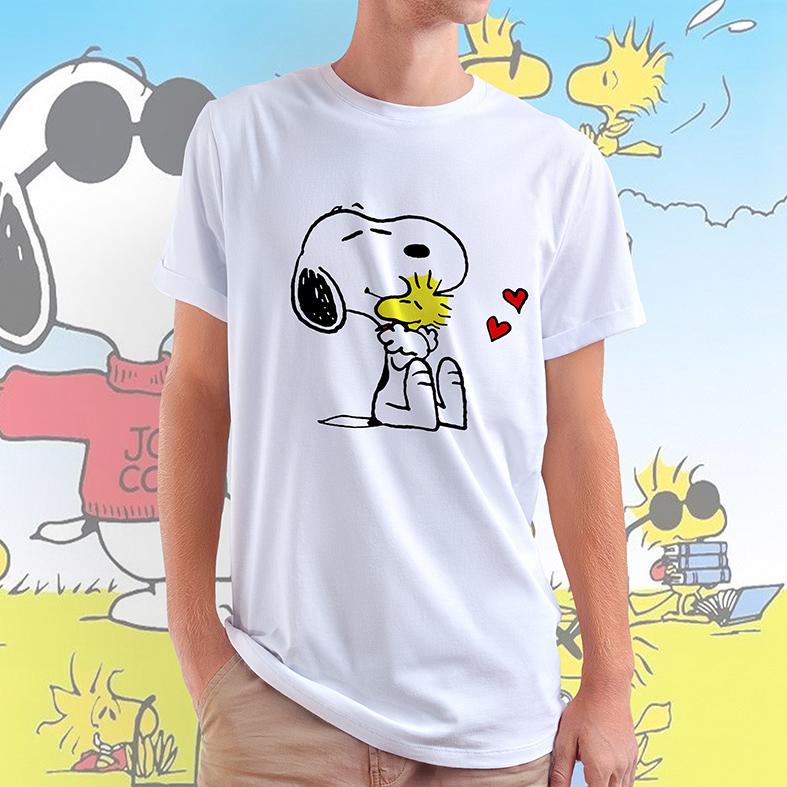 Camiseta Masculina Unissex Snoopy E Woodstock Abraço Corações Pássaro Cachorro Bird Charlie Brown (Branca) - EV