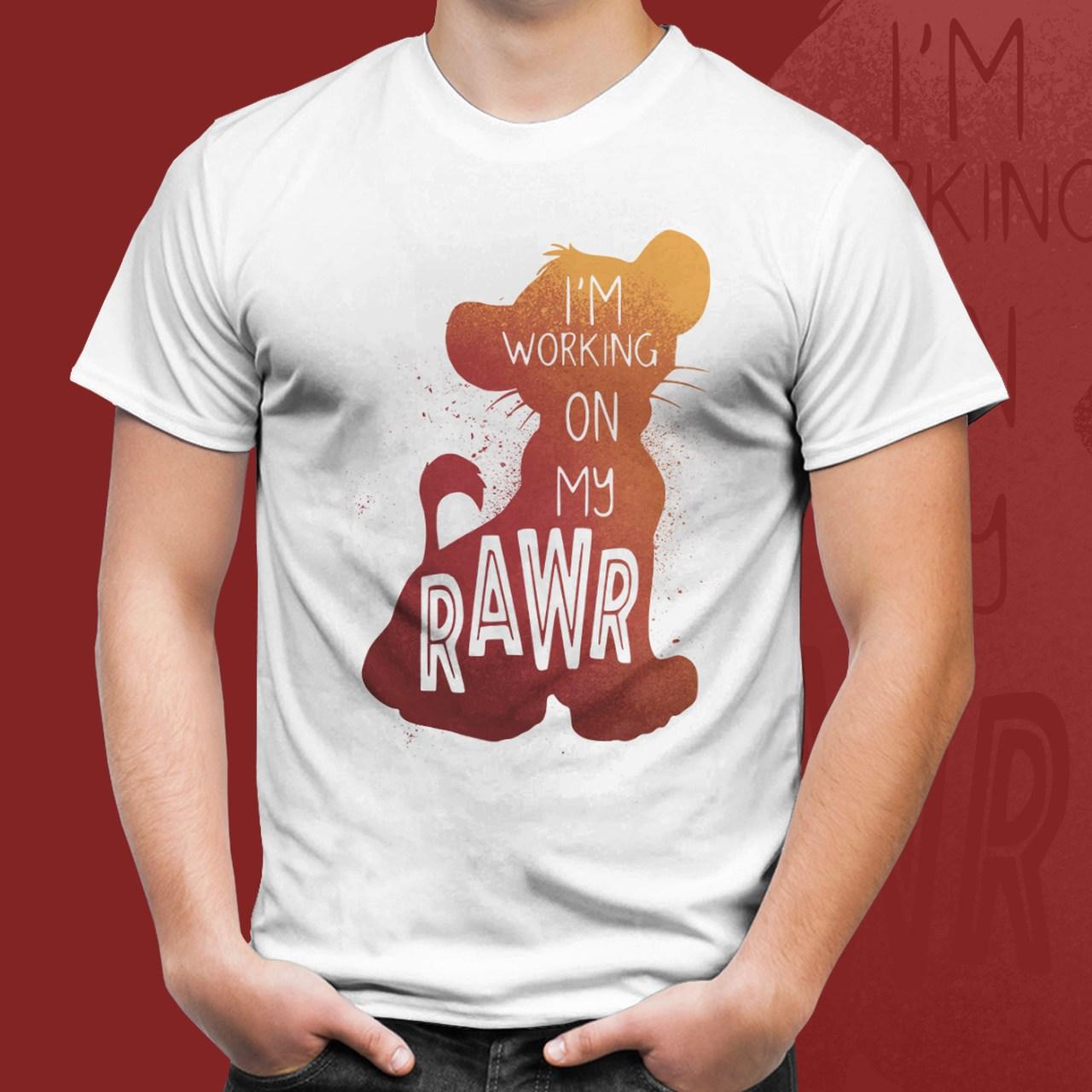 """Camiseta Simba """"I'm working on my rawr"""": O Rei Leão"""