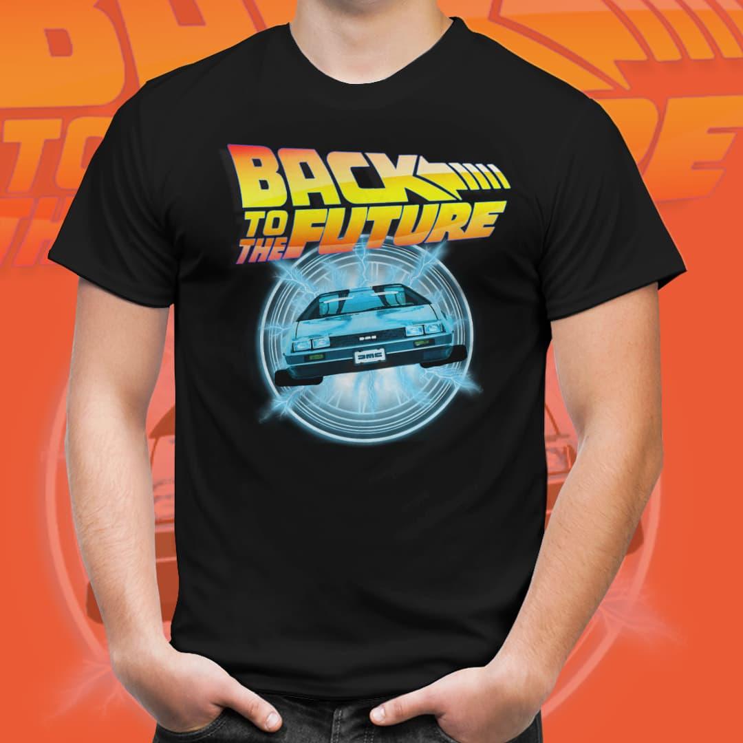 "Camiseta Unissex Viajando de ""Delorian"": De Volta Para o Futuro (Preto) - EV"
