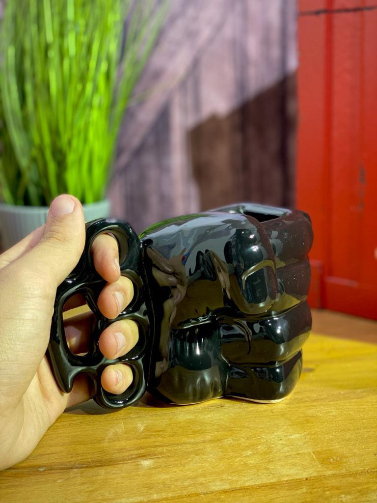 Caneca 3D: Punho ( Soco Inglês ) (Preta) (Pequenos Detalhes Na Cerâmica)