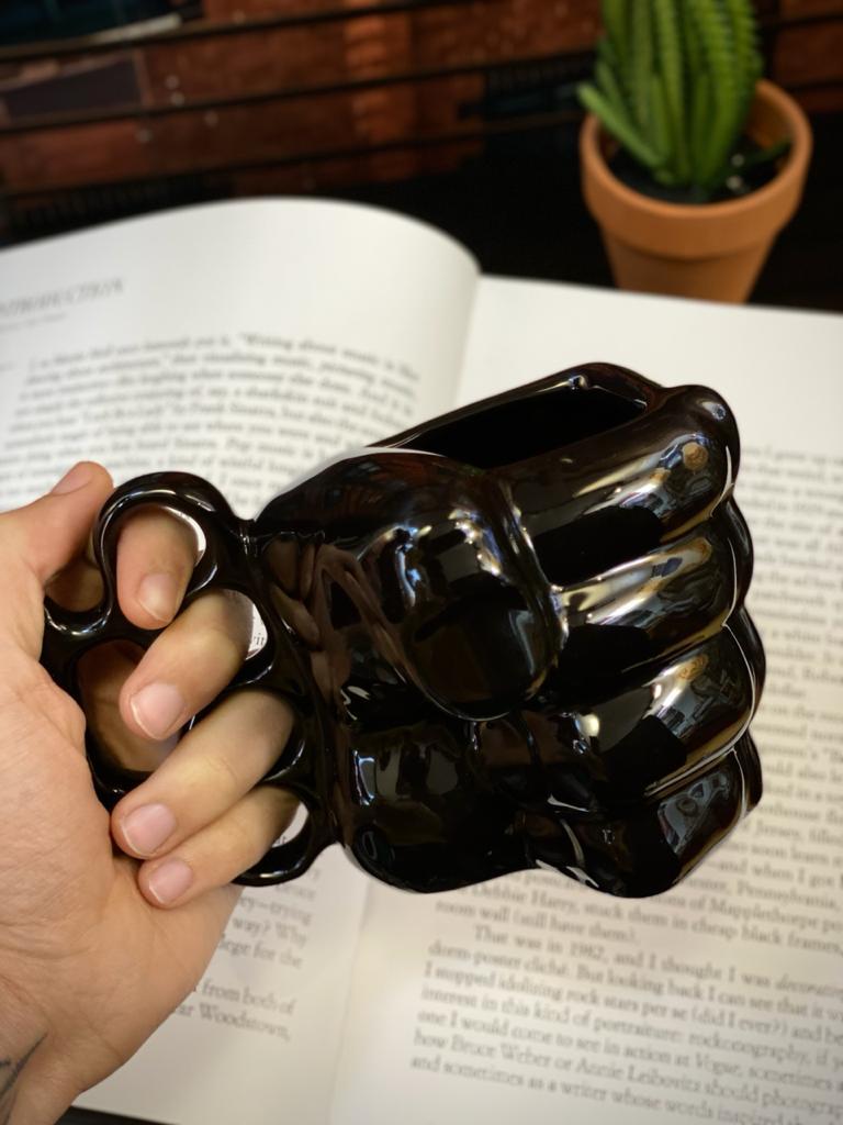 Caneca 3D Punho Soco Inglês Preta Pequenos Detalhes na Cerâmica e Decalque