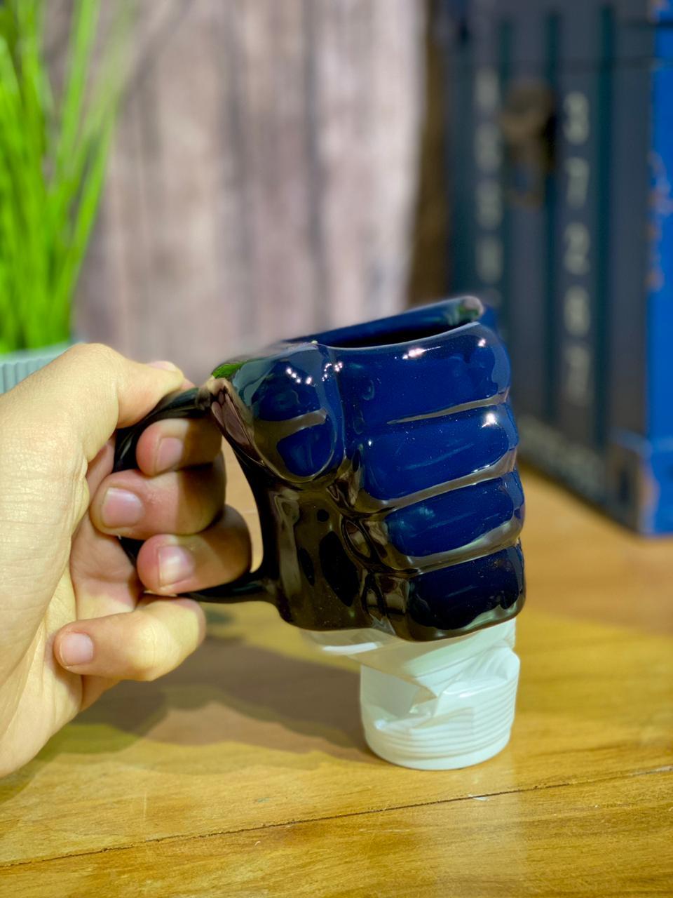 """Caneca 3D """"Soco"""" Azul Marinho (Pequenos Detalhes Na Cerâmica)"""