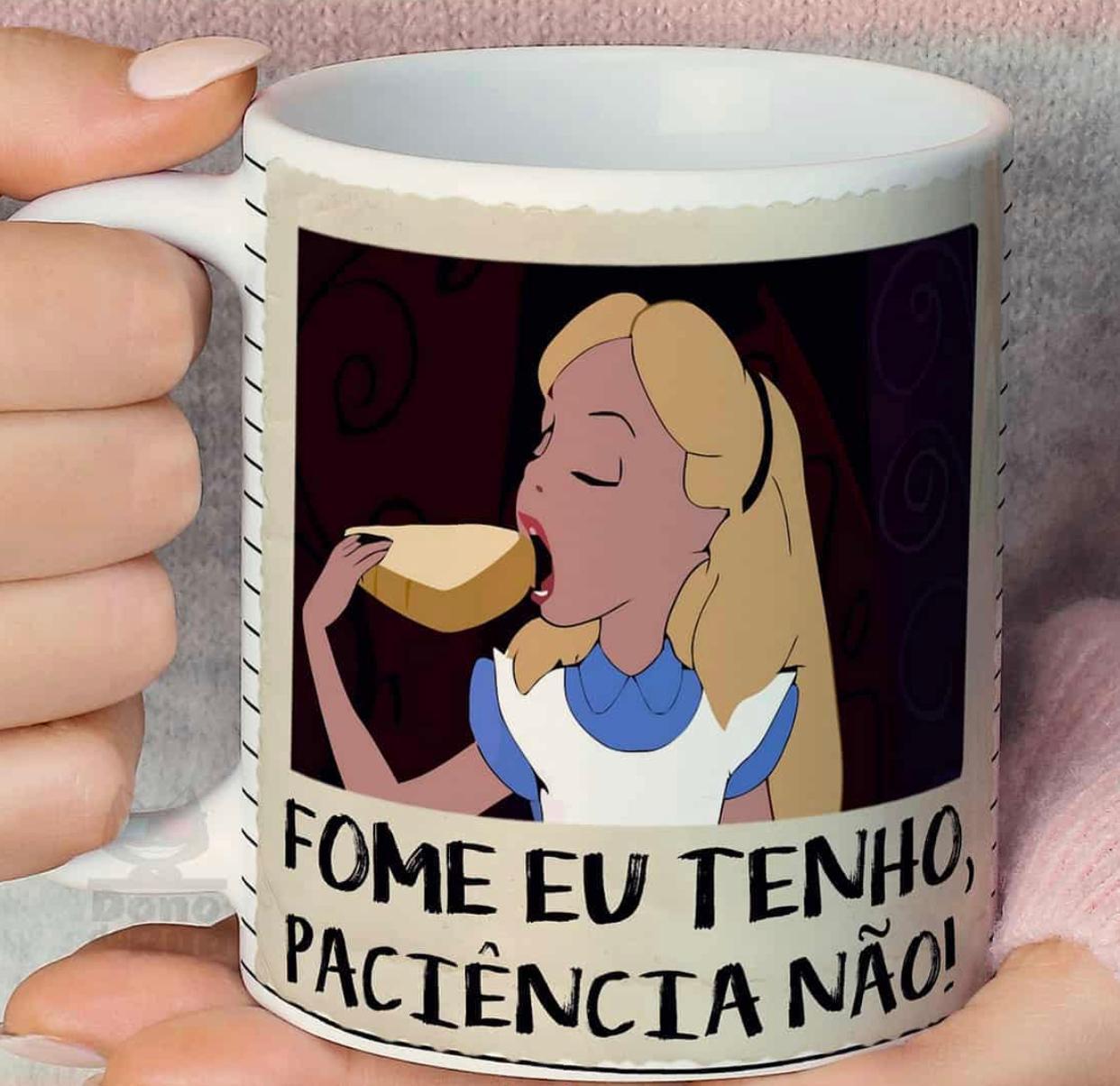 """Caneca Alice: """"Fome Eu Tenho, Paciência Não!"""" - Disney"""