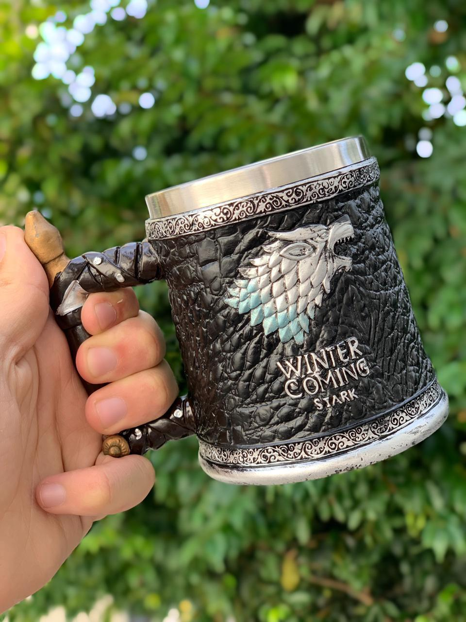 Caneca Casa Stark (Winter Is Coming): Game of Thrones (Preto)
