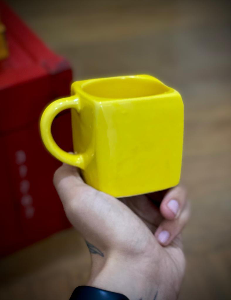 Caneca Cubo (Amarelo) (Pequenos Detalhes Na Cerâmica)