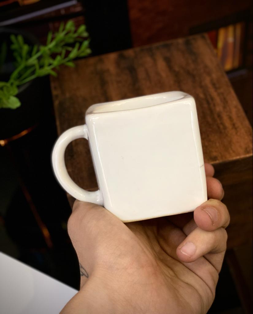 Caneca Cubo Branca Pequenos Detalhes na Cerâmica e Decalque 300ml