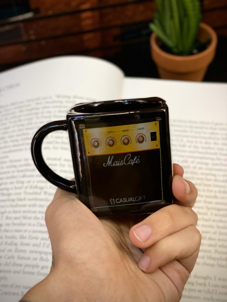 Caneca Cubo Caixa Amplificador Mais Café Pequenos Detalhes na Cerâmica e Decalque 300ml