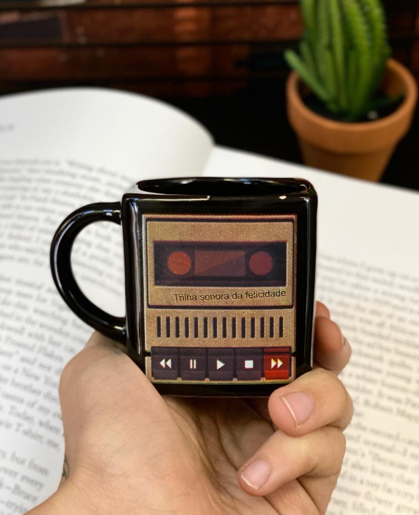 Caneca Cubo Caixa Amplificador Trilha Sonora da Felicidade Pequenos Detalhes na Cerâmica e Decalque 300ml