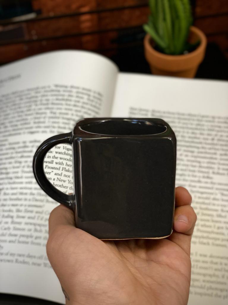 Caneca Cubo Chumbo Pequenos Detalhes na Cerâmica e Decalque 300ml