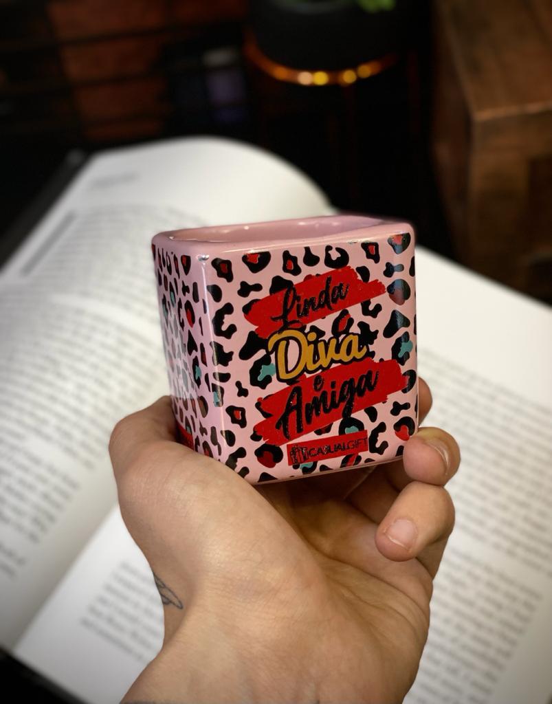 Caneca Cubo Linda Diva Amiga Pequenos Detalhes na Cerâmica e Decalque 300ml