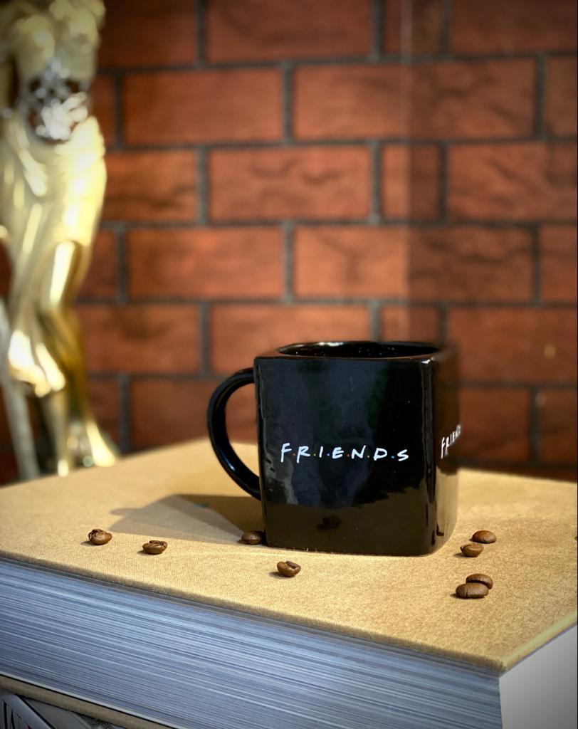 Caneca Cubo Preta Friends  (Pequenos Detalhes Na Cerâmica)