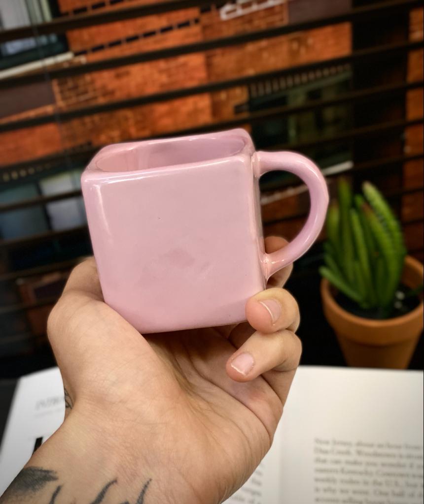 Caneca Cubo Rosa Pequenos Detalhes na Cerâmica e Decalque 300ml