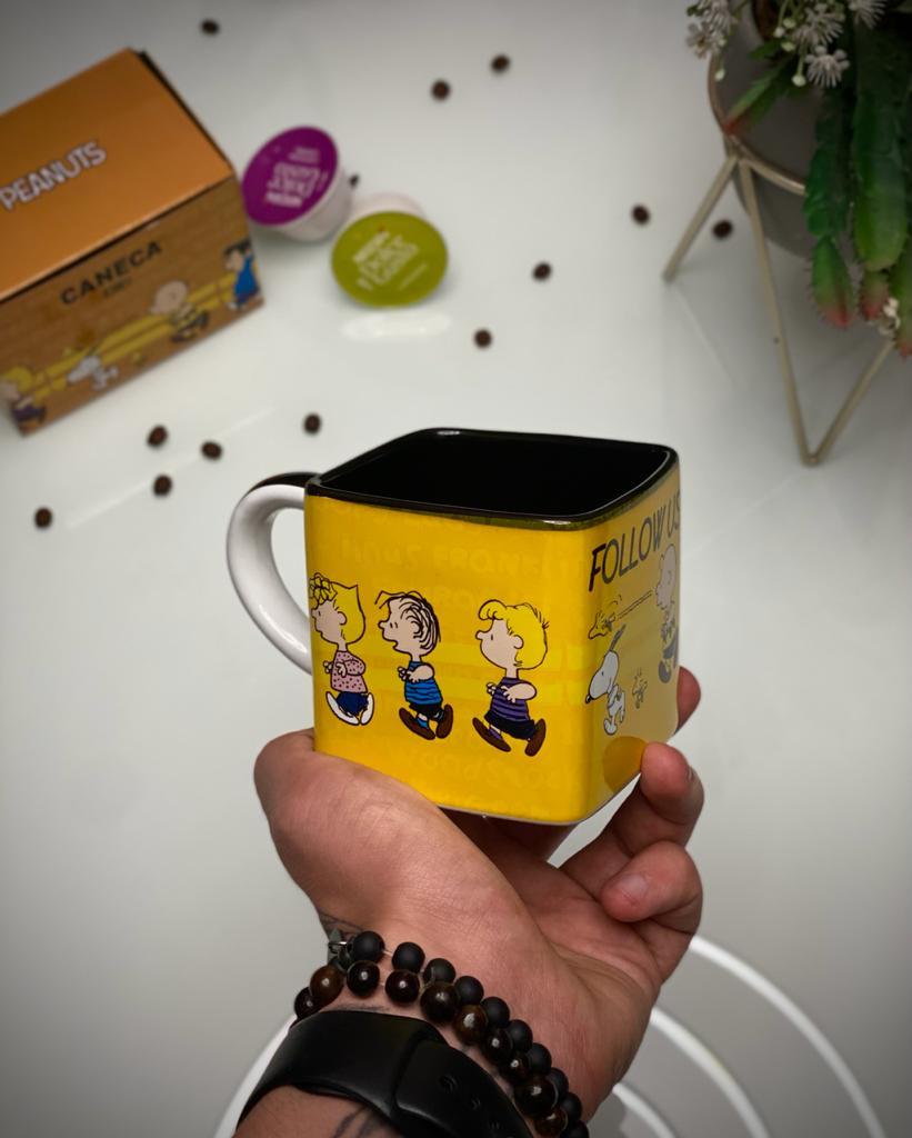 Caneca Cubo Snoopy Peanuts  Siga-nos Follow Us 300ml - Zona Criativa