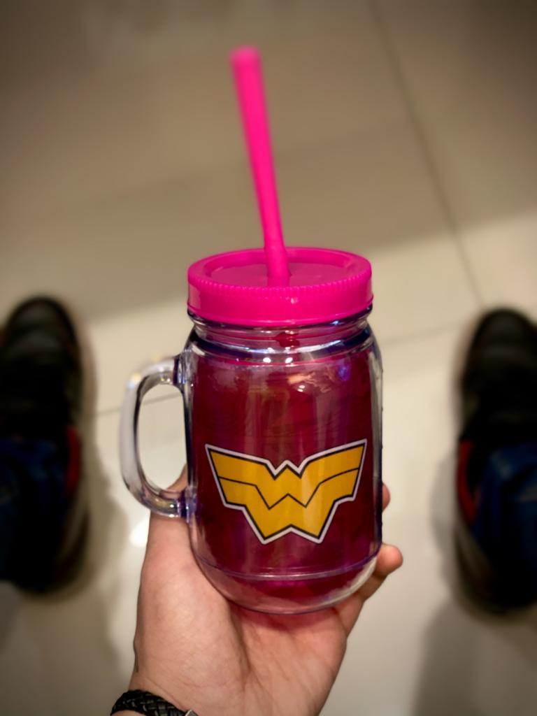 Caneca De Plástico Com Canudo Mulher Maravilha (Wonder Woman) (Rosa) Quadrinhos: Liga da Justiça (410ml)