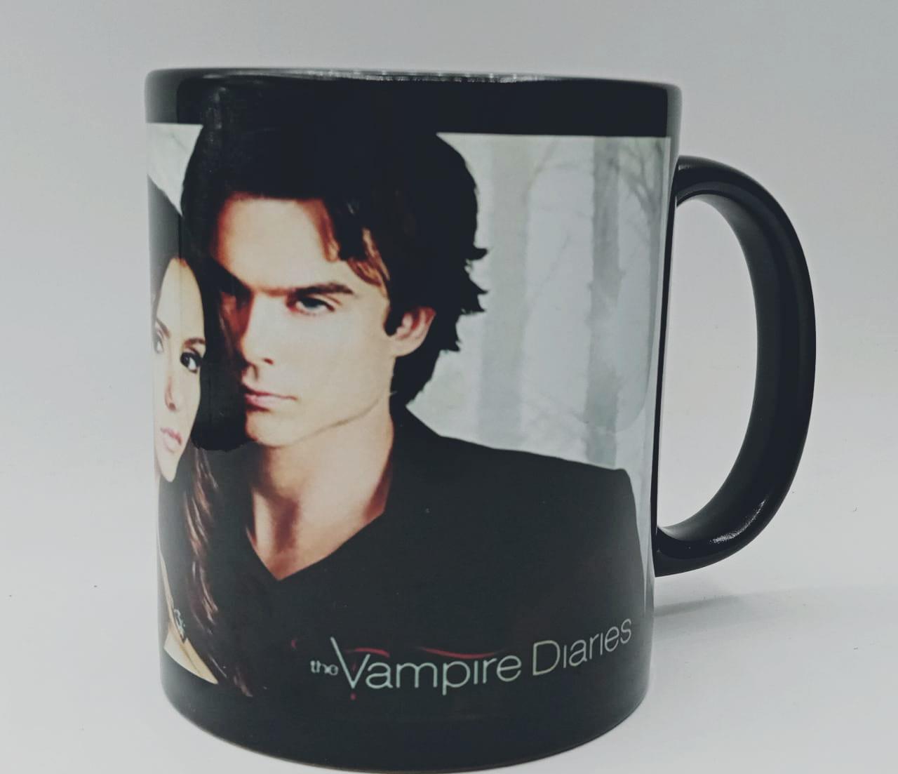 """Caneca Diários de um Vampiro """"The Vampire Diaries"""" (Preta)"""