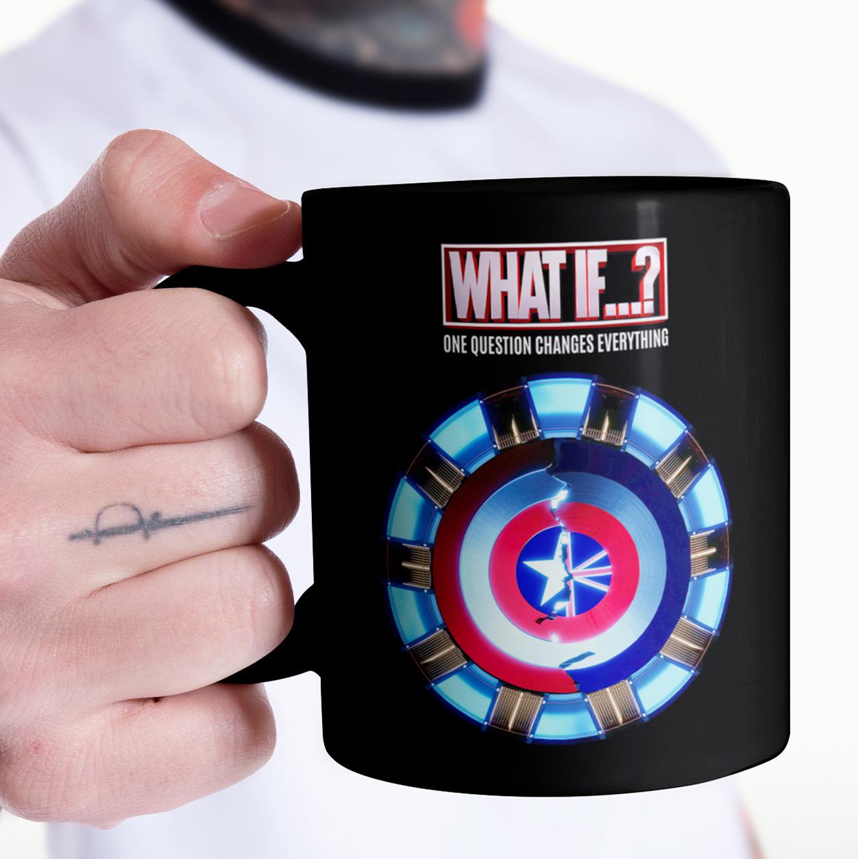 Caneca E Se...? What If...? Uma Pergunta Muda Tudo Escudo One Question Changes Everything Marvel Studios Disney+ (Preta) - EV