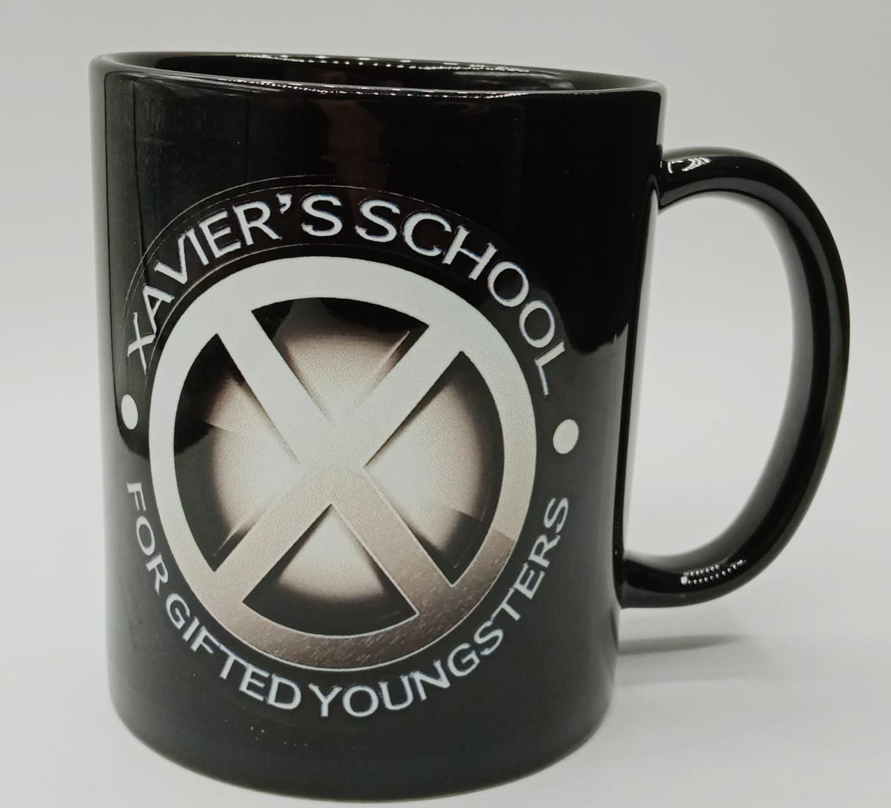 "Caneca Escola Xavier Para Mutantes ""Xavier's School For Gifted Youngsters"": X-Men (Preta)"