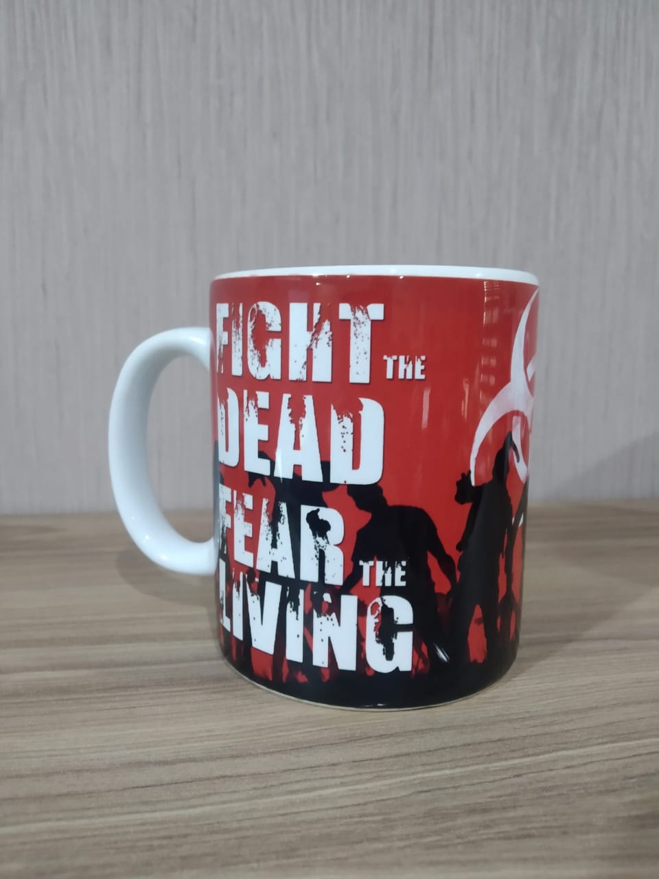 "Caneca "" Fight The Dead Fear The Living '' - The Walking Dead (Branco) - EV"