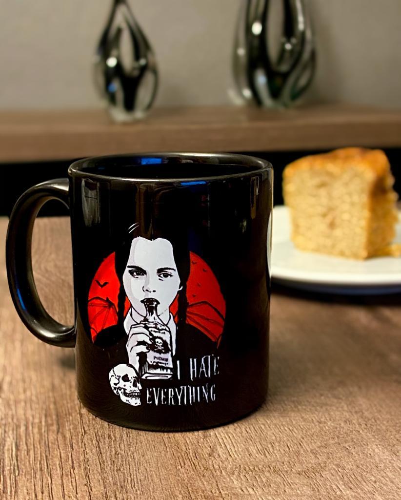 Caneca: '' I Hate Everything '' ( A Família Addams )