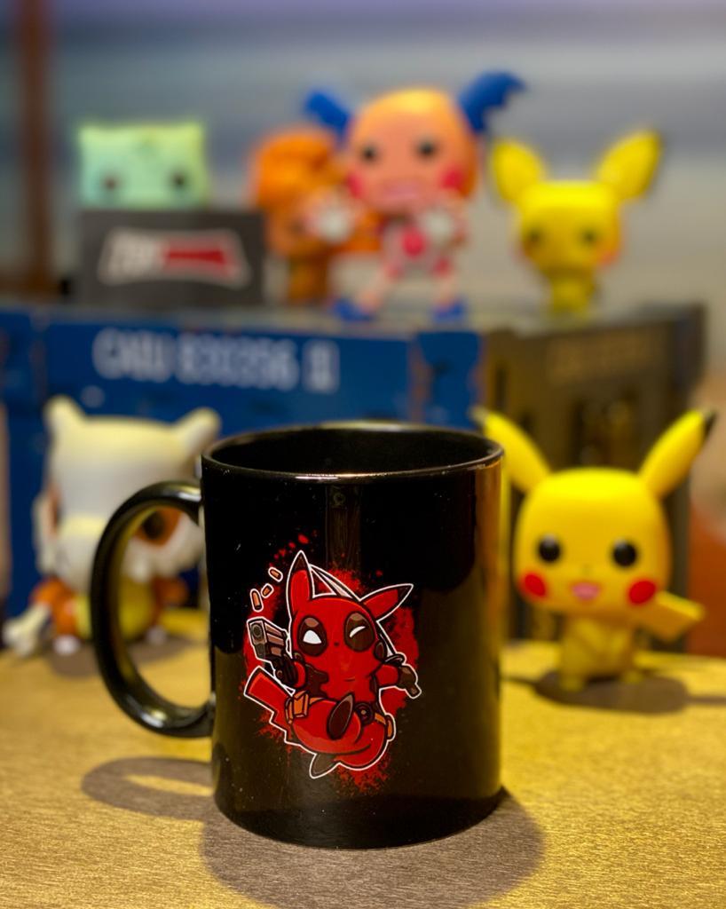 Caneca: '' Pikachu Deadpool