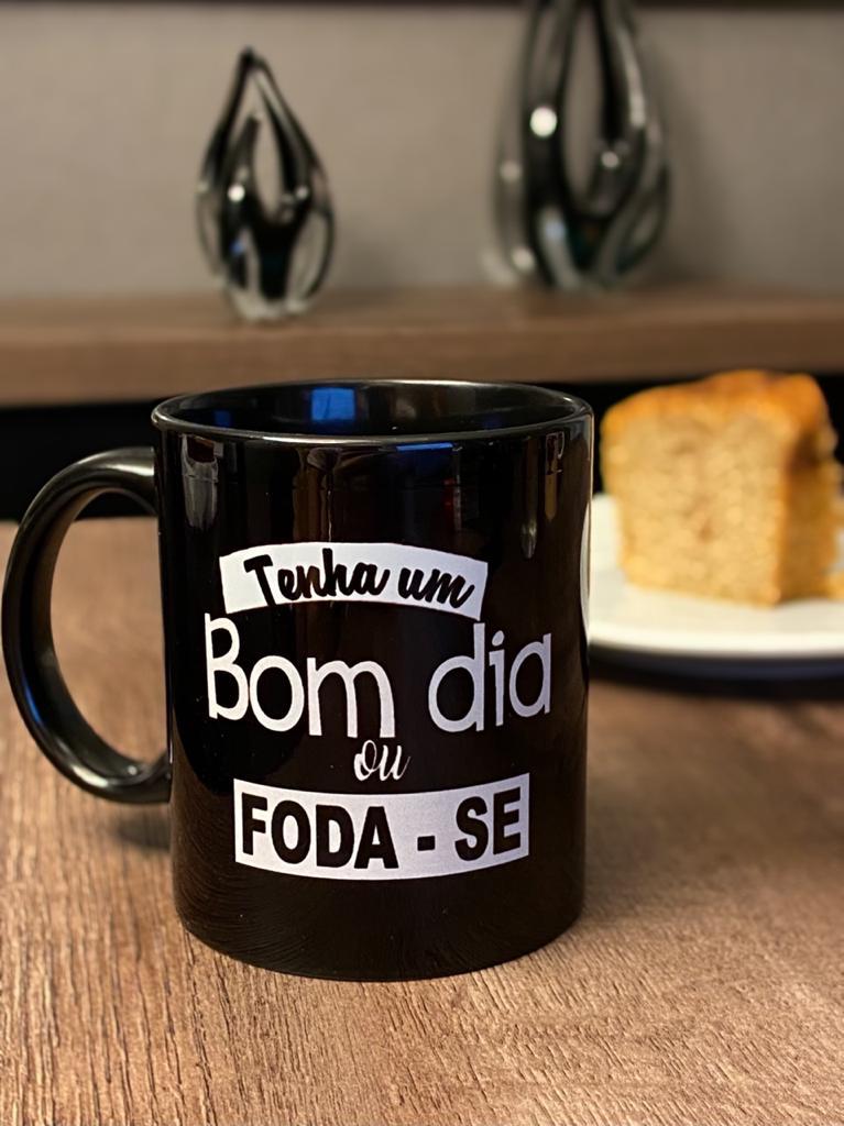"""Caneca Preta """"Tenha Um Bom Dia ou Foda-Se"""""""