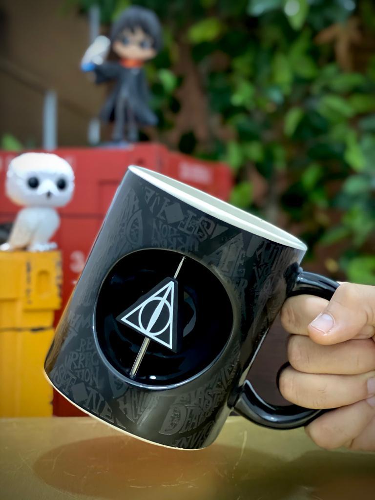 Caneca Relíquias Da Morte: Harry Potter Logo 3D  Giratório Silver Buffalo - EV