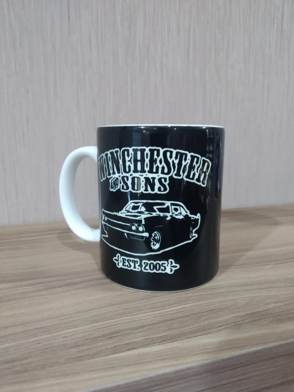 """Caneca Winchester Sons """"West. 2005"""" - Supernatural"""