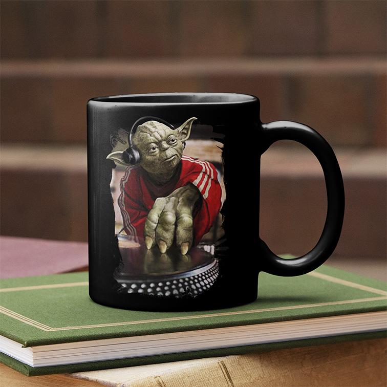 Caneca Yoda Night Dj Music: Star Wars (Preta) - EV