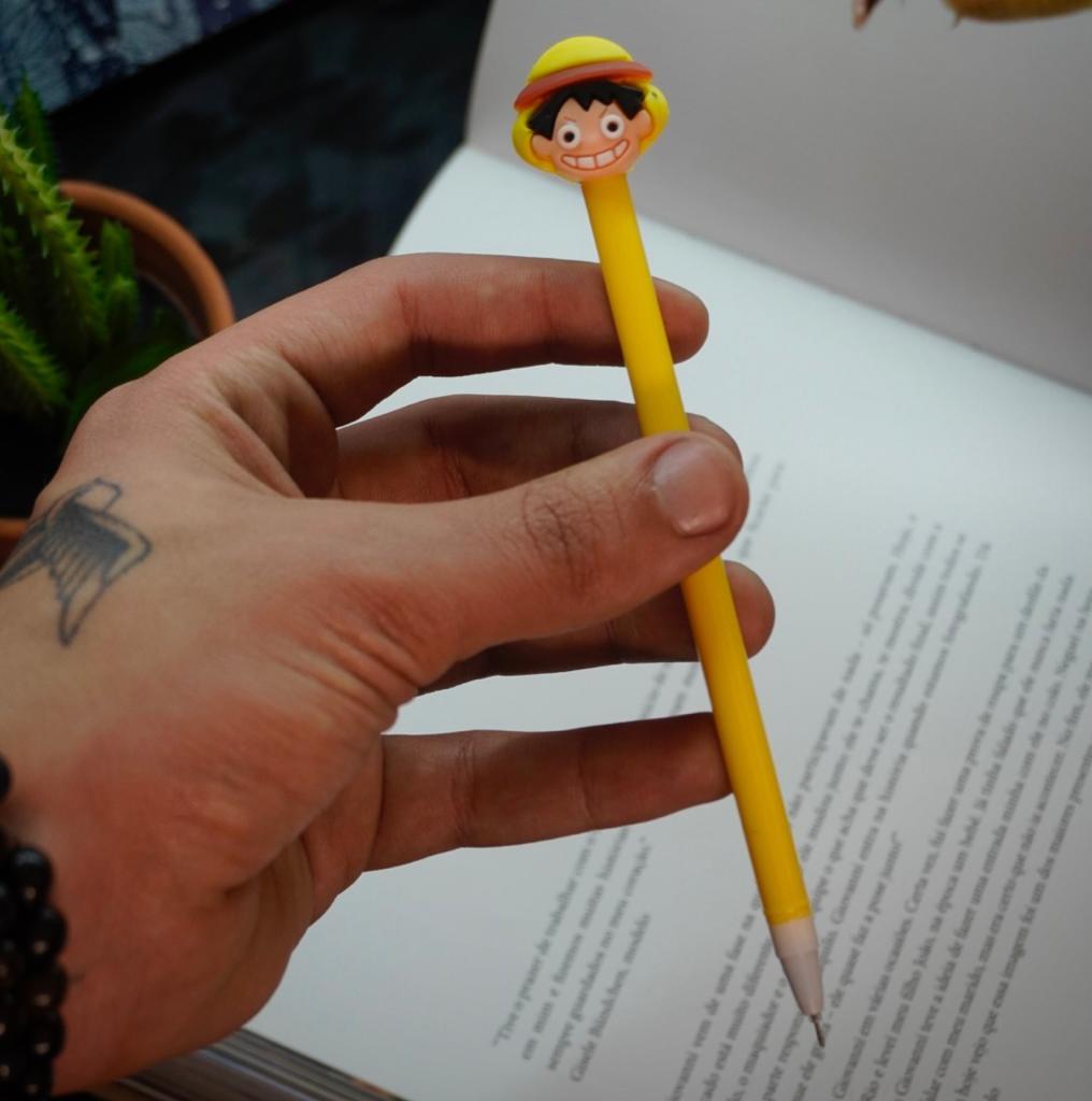 Caneta Gel Monkey D. Luffy: One Piece Amarela (Tinta Preta)