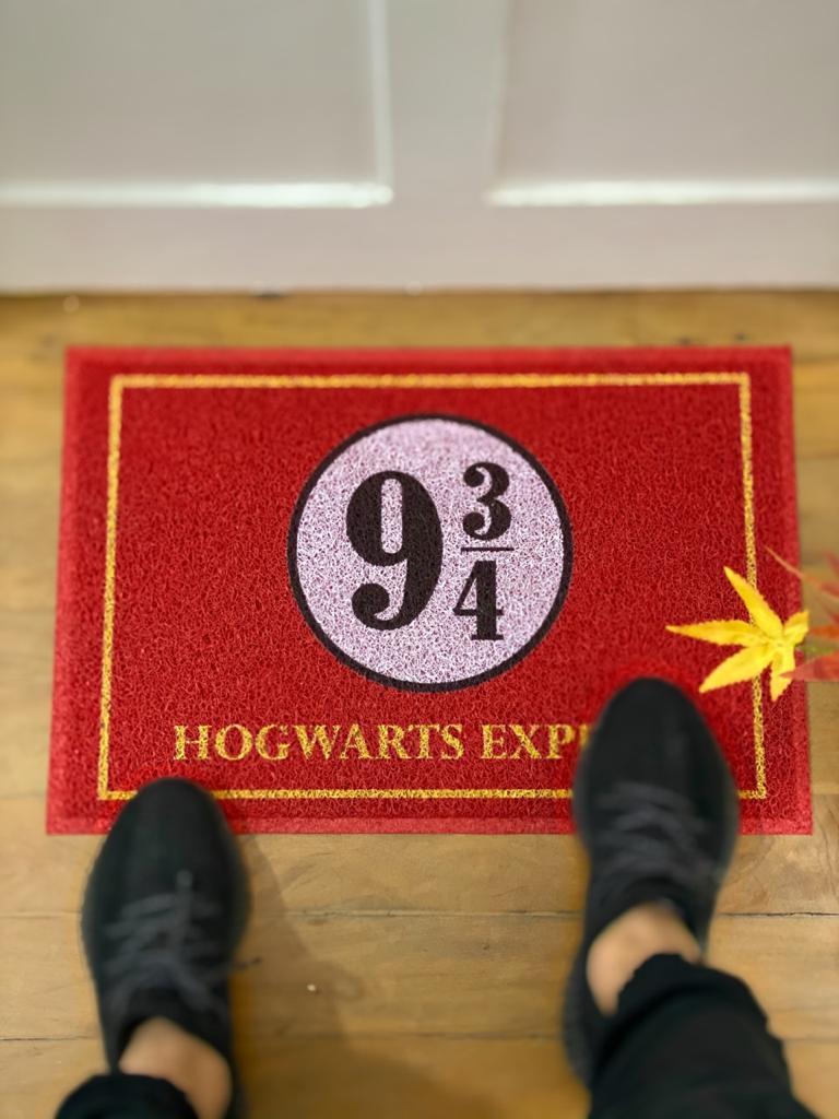 Capacho Estação 9 3/4 (Plataforma 9 3/4) Hogwarts Express: Harry Potter (Vermelho)