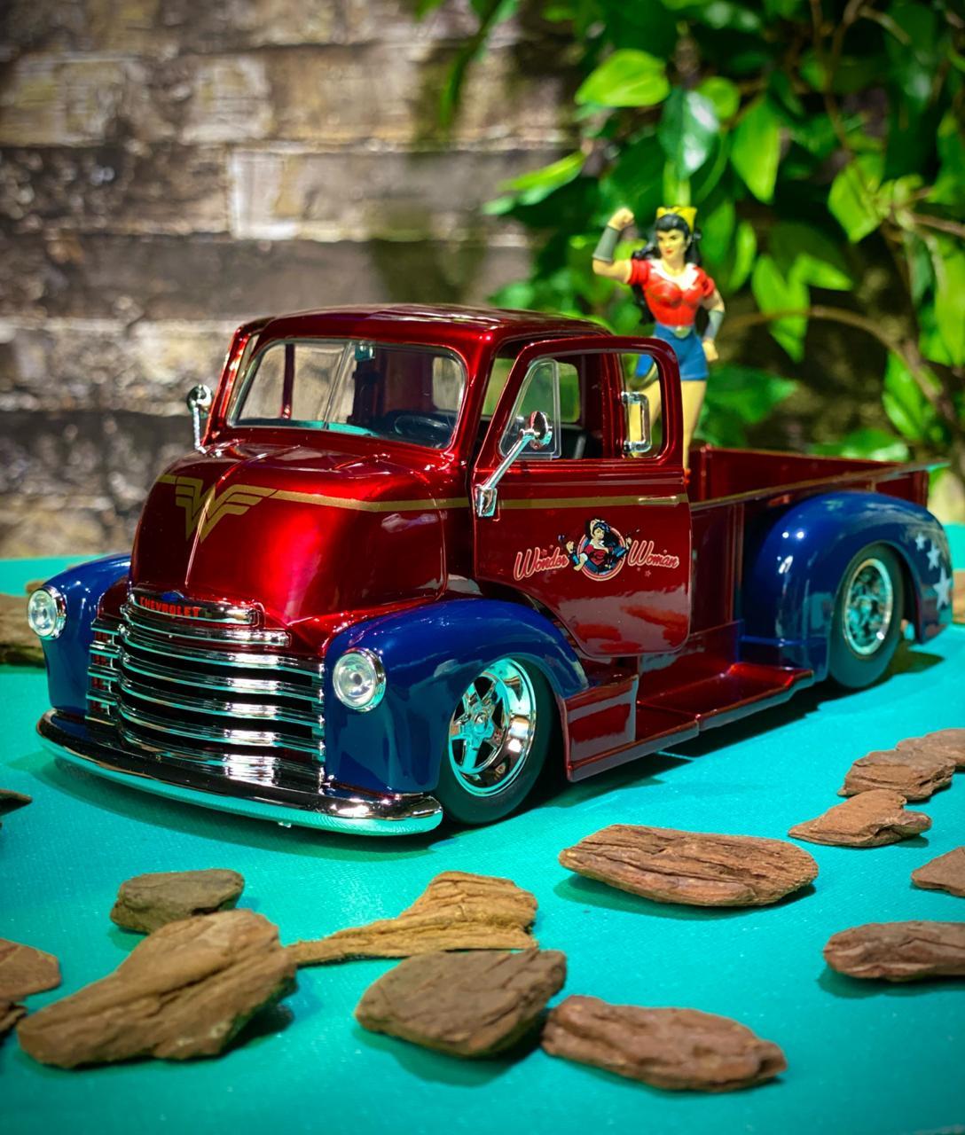 Carro Com Boneco Mulher Maravilha e 1952 Chevy:DC Comics (Die Cast Figure) Escala 1/24 - Jada Toys