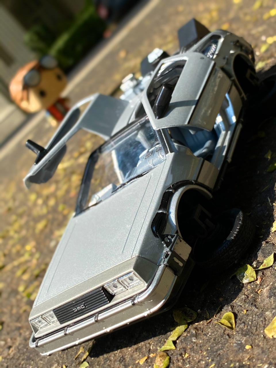 Carro DeLorean Fly Mode: De Volta Para o Futuro 2 (Back to the Future II) Escala 1/24 - Welly