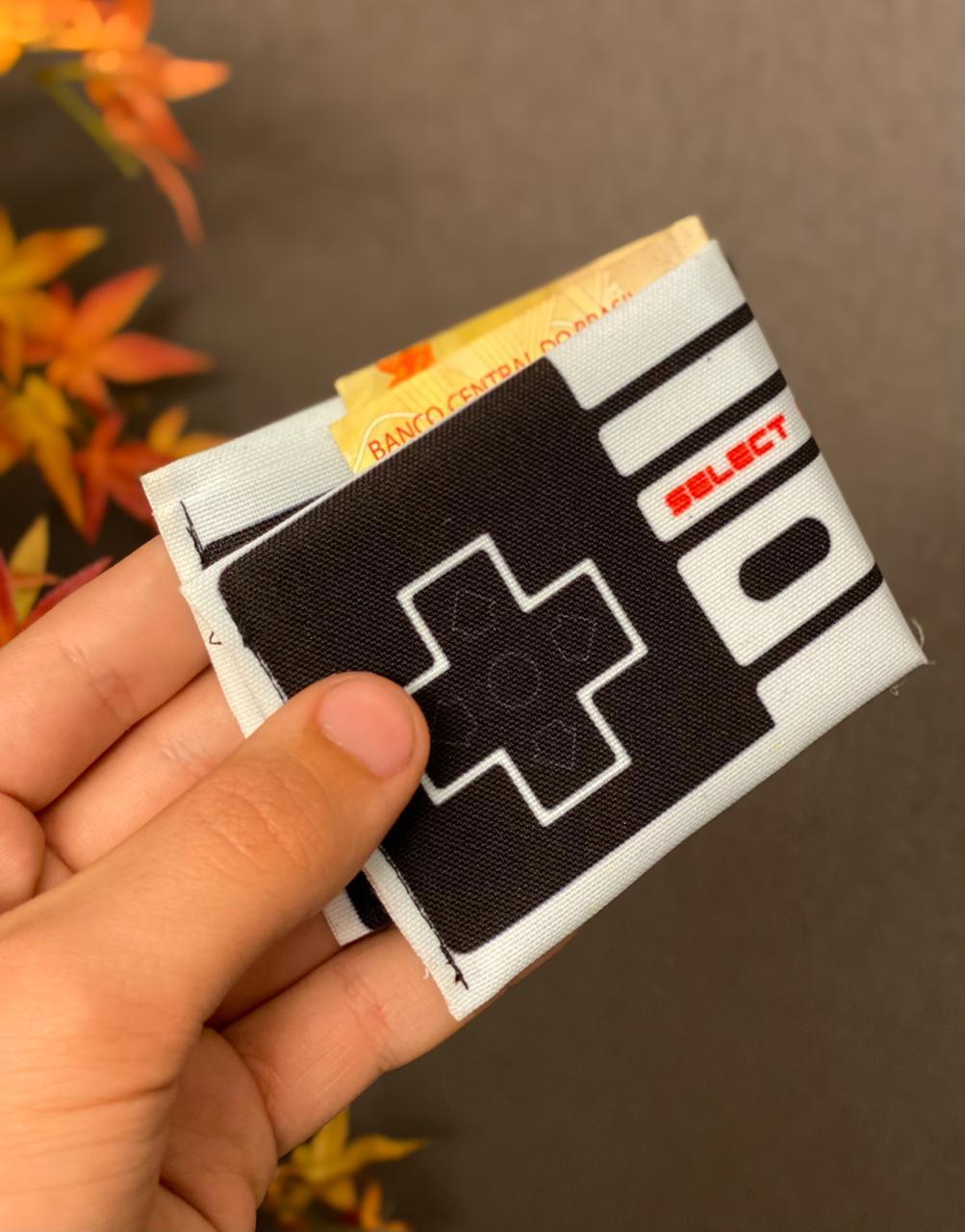Carteira Controle NES (8-Bit): Nintendo (Preta e Branca)