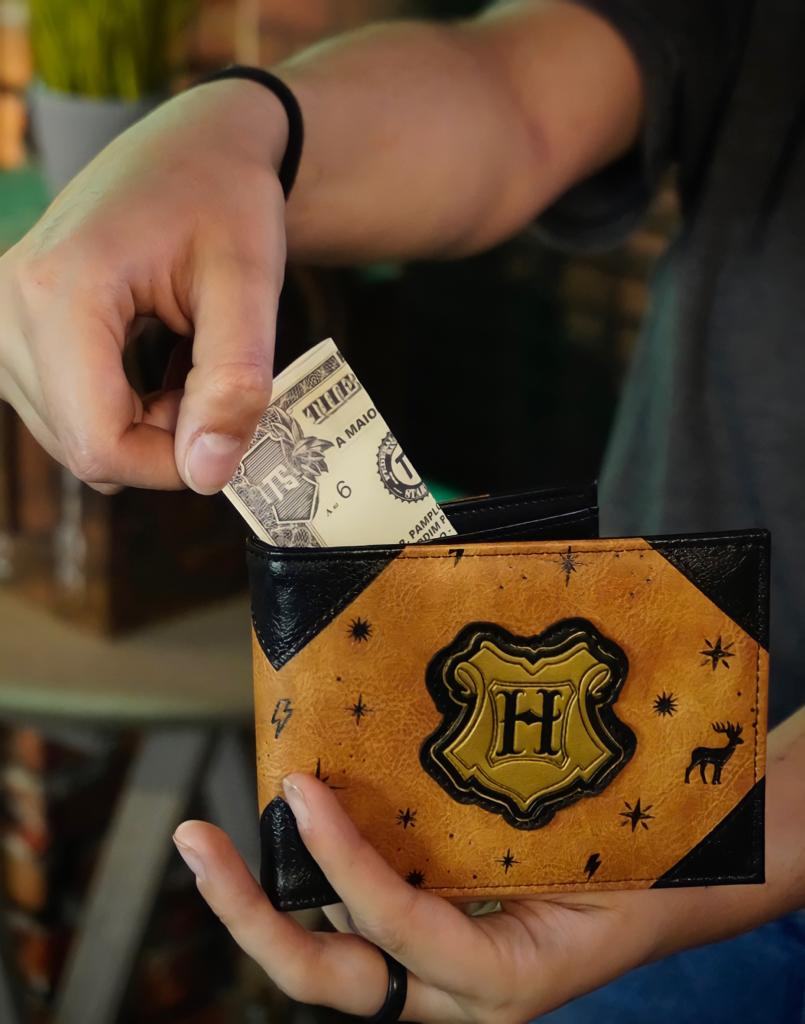 Carteira de Couro Brasão Dourado Hogwarts: Harry Potter - Zona Criativa