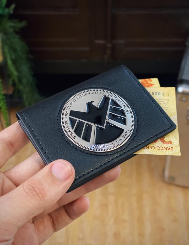 Carteira Emblema Distintivo Phil Coulson Shield Marvel - EV