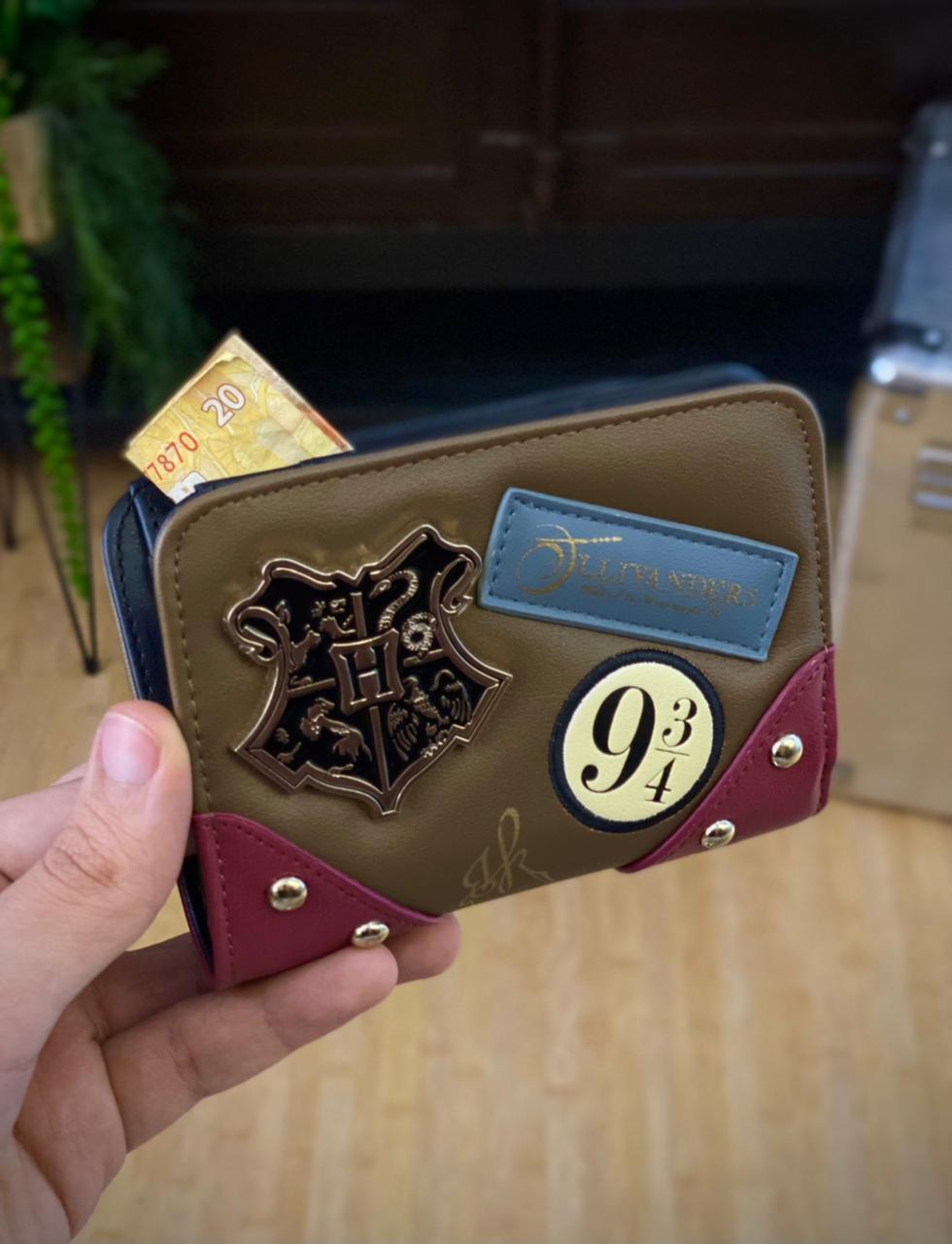 Carteira Emblema Metal Hogwarts Ollivanders: Harry Potter