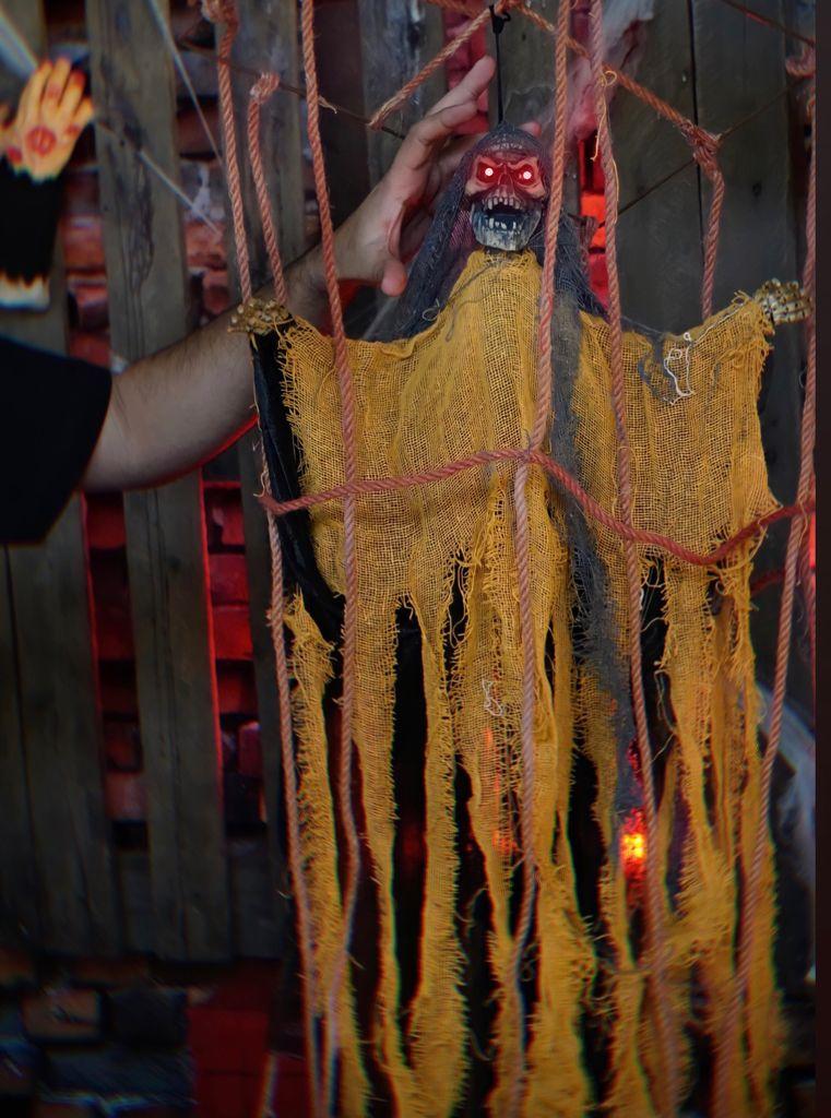 Caveira Gaiola Eletrônica Pendente Decorativa com Luz e Som Terror Halloween Dia das Bruxas