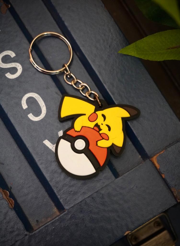 Chaveiro de Borracha Pikachu Abraçando a Pokebola: Pokémon