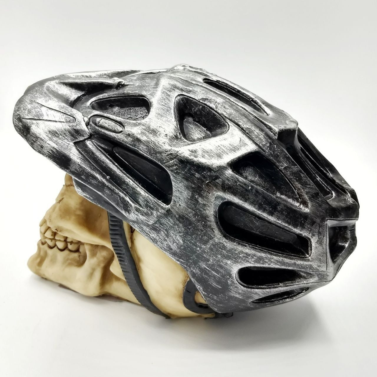 Cofre Caveira com Capacete de Bicicleta (Prata)