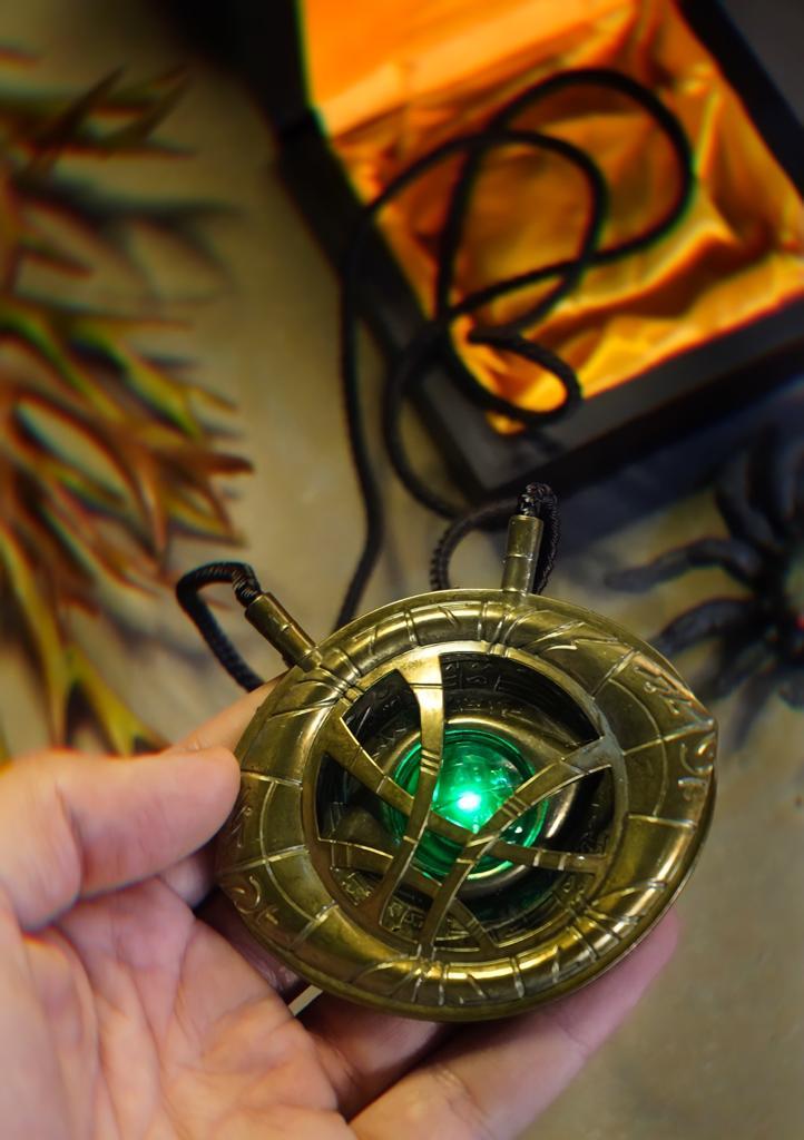 Colar Olho de Agamotto Doutor Estranho Joias do Infinito: Doutor Estranho Doctor Strange Com LED e Caixa Marvel Comics
