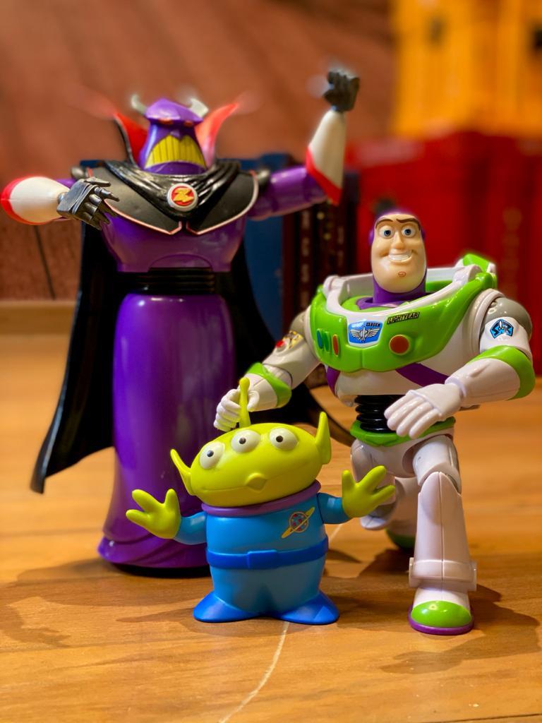 "Conjunto Bonecos ""Buzz Lightyear, Imperador Zurg e alien Pizza Planet"" - Toy Story"