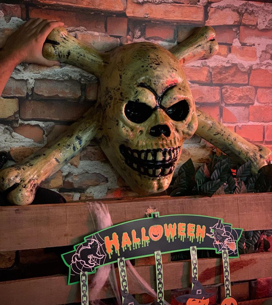 Enfeite de Parede Decorativa 3D Crânio Caveira Skull Cruz: Terror Halloween Dia das Bruxas