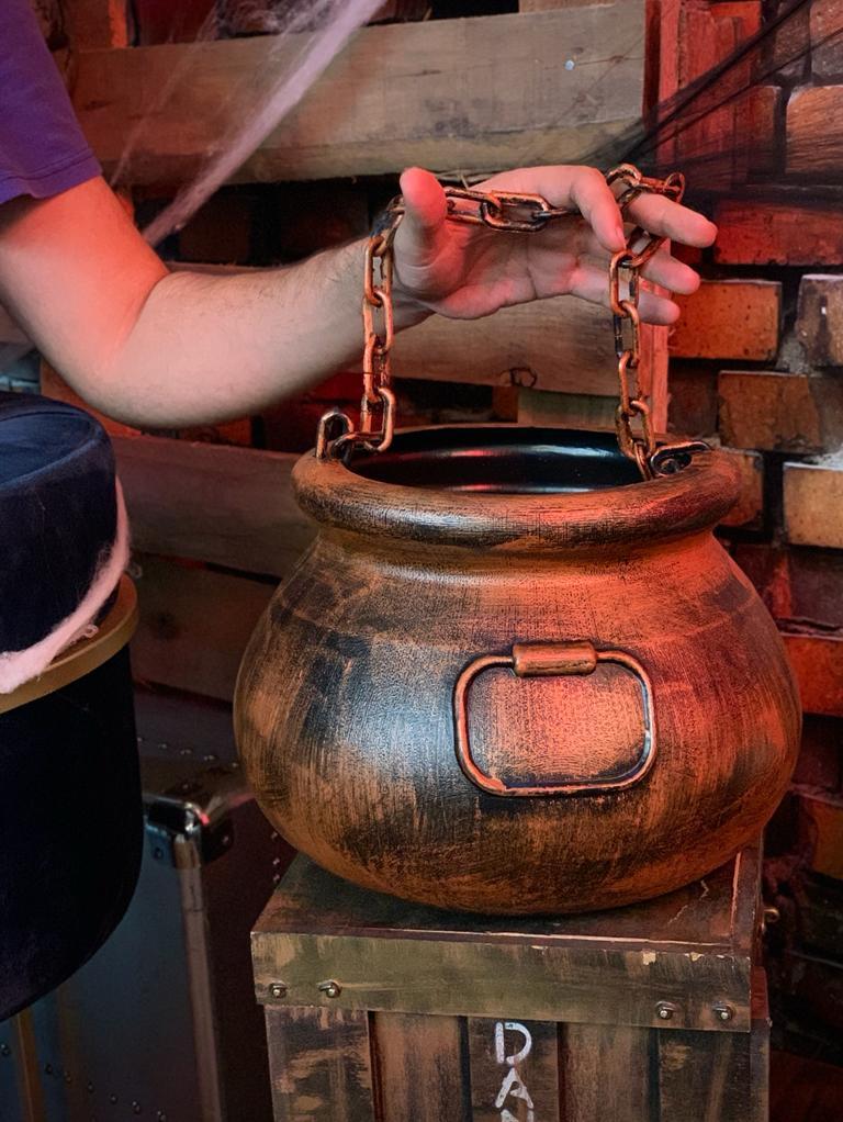 Enfeite Decorativa Caldeirão de Bruxas com Corrente Bronze: Terror Halloween Dia Das Bruxas