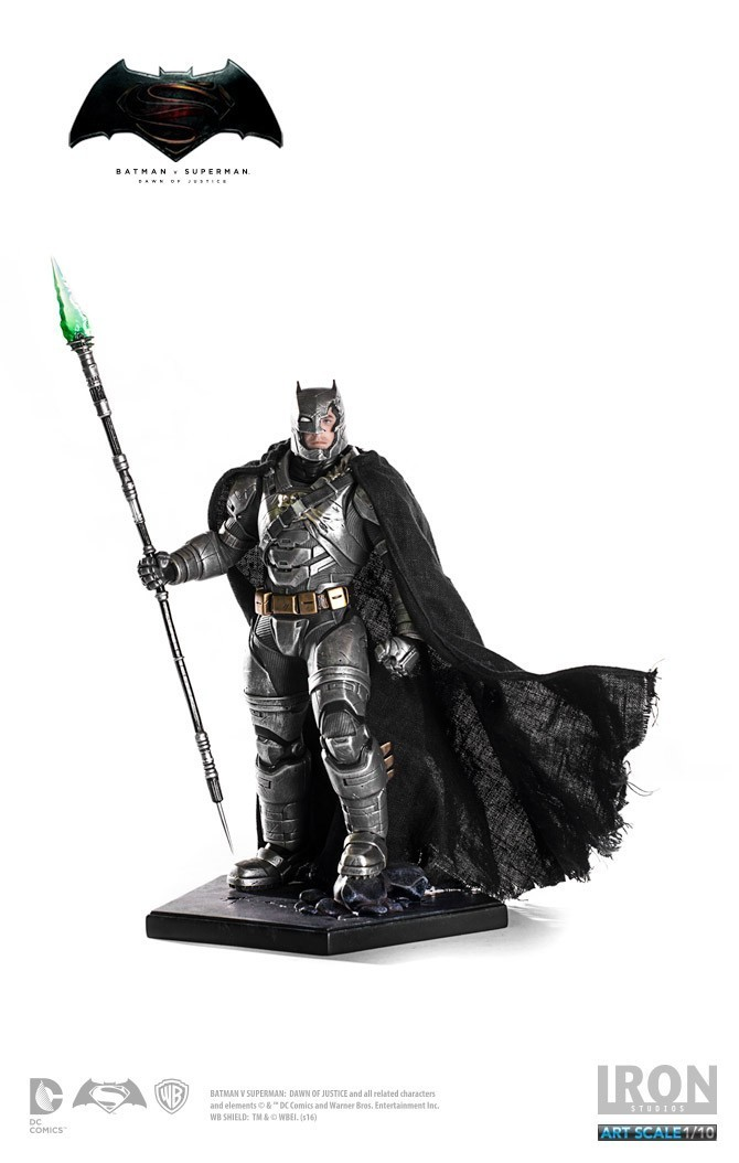 Estátua Armored Batman (Battle Damaged): Batman Vs Superman: A Origem da Justiça Art Scale Escala 1/10 - Iron Studios