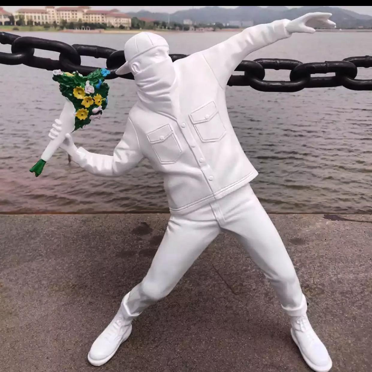 Estátua Arte Moderna Banksy Bomber Flower Polystone Collectible Arte Branco - Fanaic Studios - EV