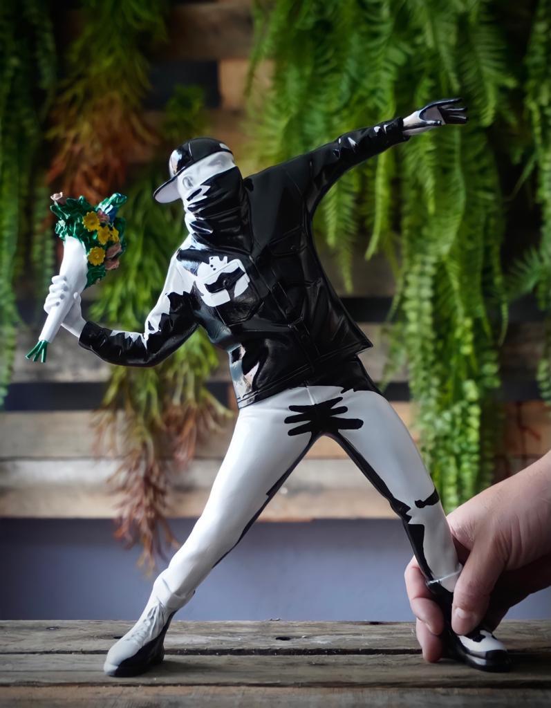 Estátua Arte Moderna Banksy Bomber Flower Polystone Collectible Arte Preto e Branco - Fanatic Studios - EV